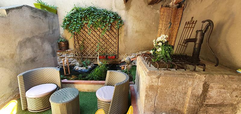 Tourisme patio calme ombragé avec fontaine à Rivesaltes 66